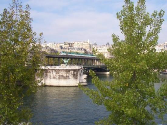 Mercure Paris Centre Eiffel Tower Hotel: The river Seine near the hotel.