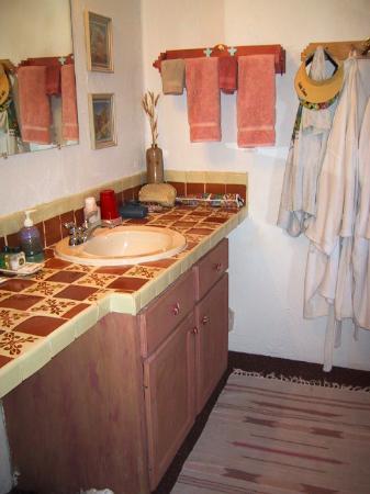 Casa de Suenos Country Inn: Our bathroom sink area in the Los Pajaritos room
