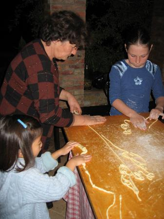 Agriturismo Cretaiole di Luciano Moricciani: Learning to make pici (the local pasta)