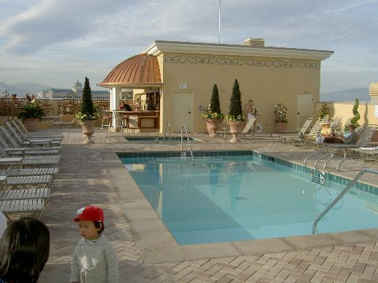Marriott's Grand Chateau: Roof top swimming pool and sky bar