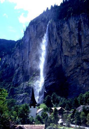 Lauterbrunnen, سويسرا: Lauterbrunnen & the Staubach Falls