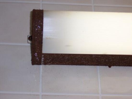 ‪‪Budget Inn‬: Yes, that is rust on the light frame!‬