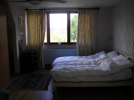 """إقامة وإفطار بفندق لو كوكوين: Our room- in the morning, so not in """"picture shape"""""""