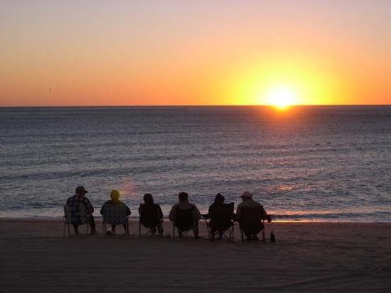 KiKis RV Camping & Hotel: Sunrise on the beach at KiKi's