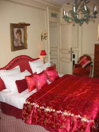 Hôtel Lancaster Paris Champs-Élysées: The bedroom area of Room #66.