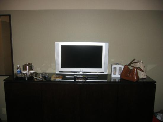 Crowne Plaza Chicago West Loop : TV and Dresser
