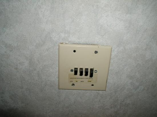 Admiral Resort Motel: Broken A/C Switch