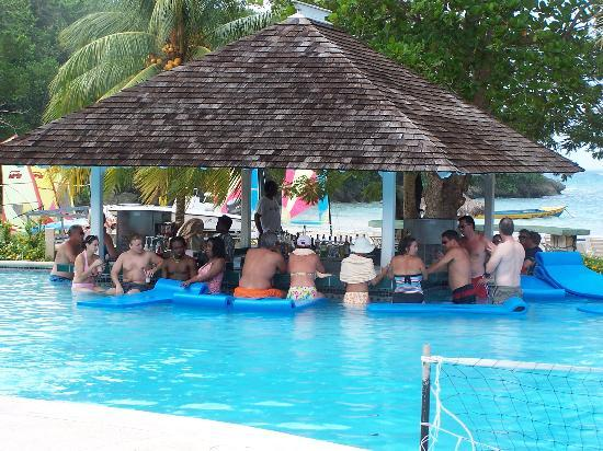 Couples Sans Souci : cloudy rainy day sit at the pool bar and drink.