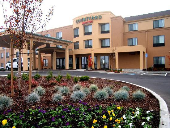 Courtyard Medford Airport Hotel Entrance About 1 4 Mile From
