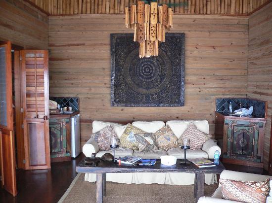 Turtle Inn: Central shared living room