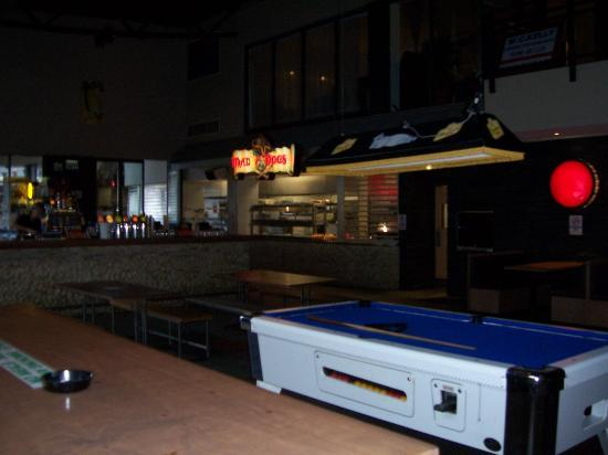 Gilligans Backpackers Hotel & Resort: Play some pool down by the bar