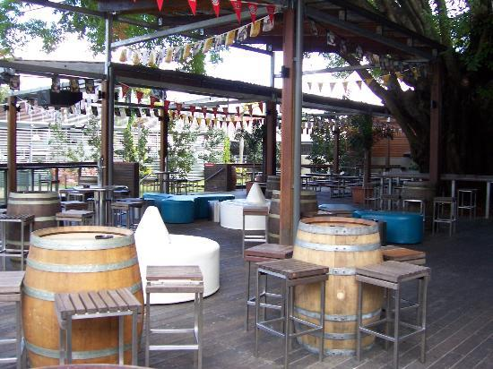 Gilligans Backpackers Hotel & Resort: Outside bar and grill