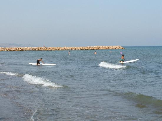 Safir Hotel Mazafran: kids surfing on the beach