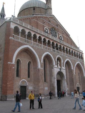 Padua, Italia: piazza and church of the santo