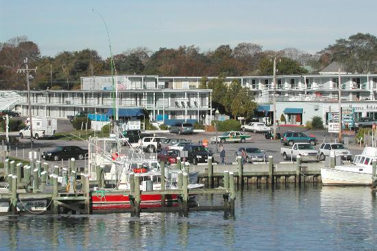 Hyannis Holiday Motel: Hyannis Hotiday Motel from harbour