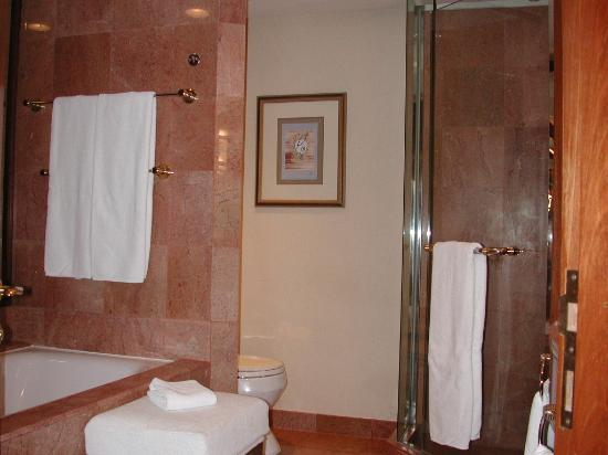 Sheraton Imperial Kuala Lumpur Hotel: Tub & shower