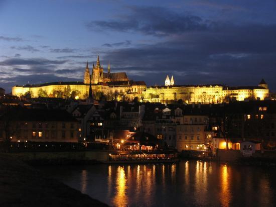Boutique Hotel Seven Days : Prague Castle from Charles Bridge