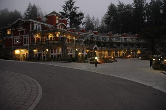 Poets Cove Resort & Spa: The lodge in the evening.