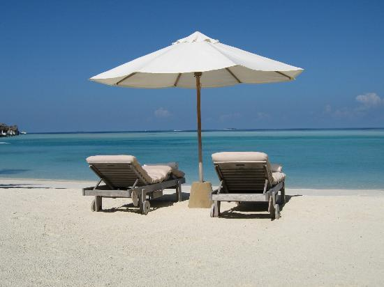 Gili Lankanfushi Maldives: Sunbed on the beach