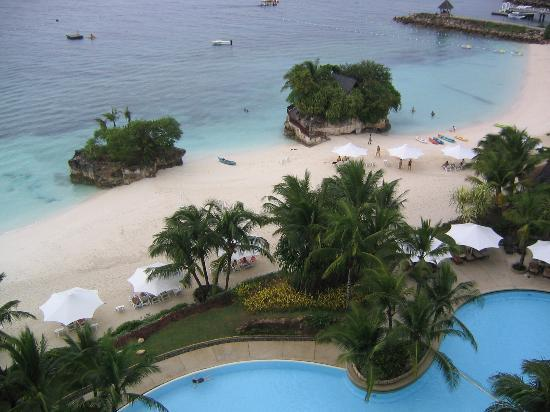 Shangri-La's Mactan Resort & Spa: view of the pool and the beach from the room