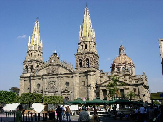 Guadalajara Cathedral : A full view of the cathedral from the Plaza de Armas