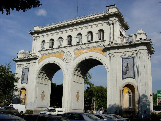 Los Arcos: View of the arch from Avendia Vallarta