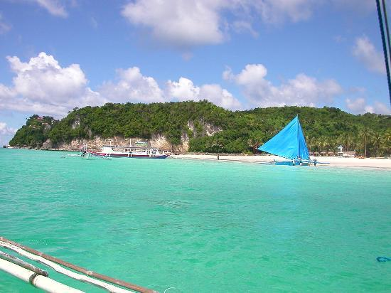 Boracay, Filipina: Emerald green waters. Are those starfish lining the bottom.  Look at the corals!