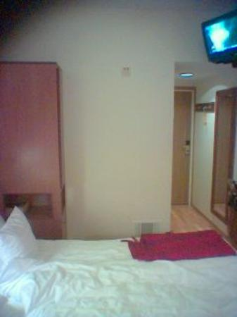Clarion Collection Hotel Wellington: Beds and clothes cupboard