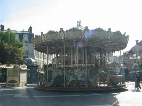 Hôtel Le Richelieu: carousel a few blocks from hotel