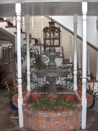 Hotel Grano de Oro San Jose: A fountain on our way to the room!