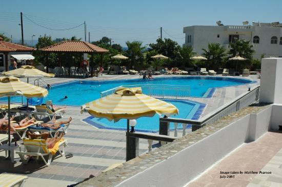 Kamari Bay Hotel: Swimming pool area (to side of hotel)