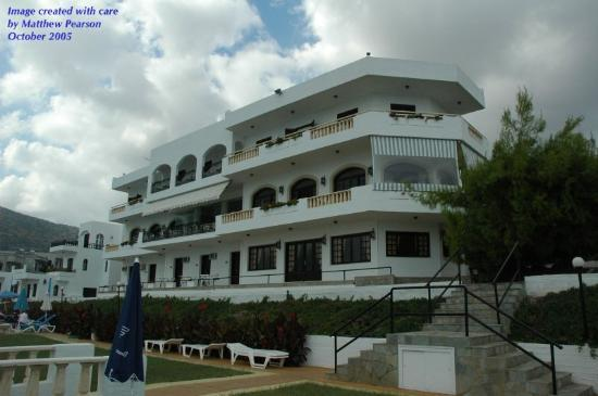 Horizon Beach Hotel: Hotel from poolside (stormy day in October)