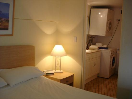 Metro Apartments On Darling Harbour: Bedroom &  bathroom w/laundry