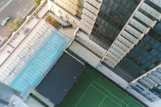Melbourne Short Stay Apartments Southbank Collection: pool & tennis court from our balcony