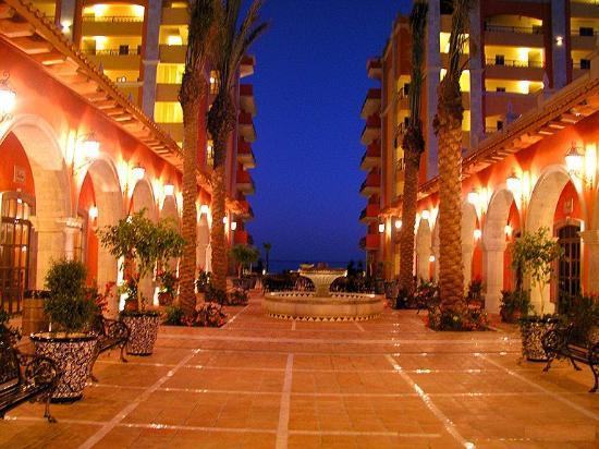 Sonoran Sun Resort: Courtyard view at night