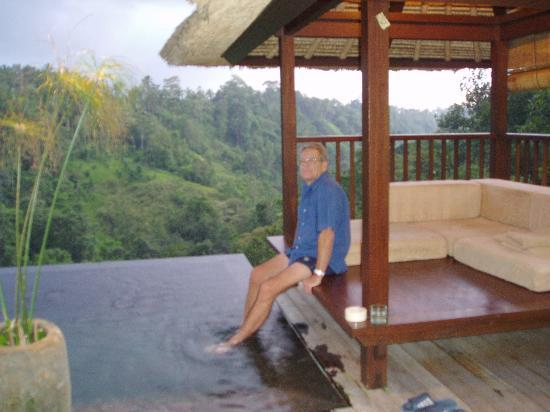 Hanging Gardens of Bali: The pool and Bale