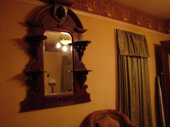 Union Hotel: Beautiful Mirror in Fawn Lily room