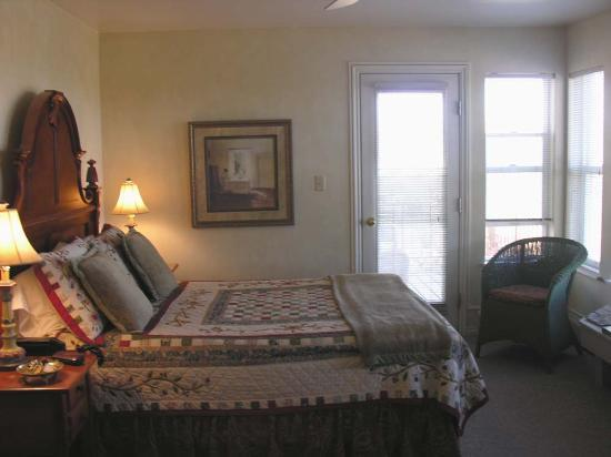 SkyRidge Inn Bed & Breakfast: The Juniper room