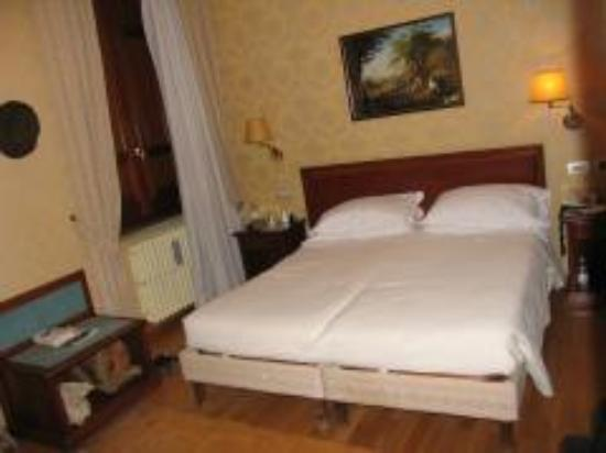 Hotel Piazza di Spagna: Our bed and room
