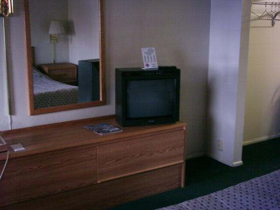 Travel Inn: Dresser and TV