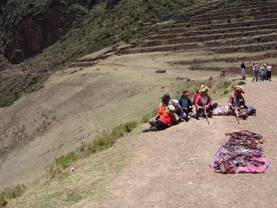 Písac : Roadside vendors outside the ruins