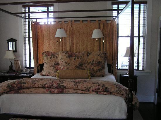 The Rhett House Inn : canopy bed in room 15