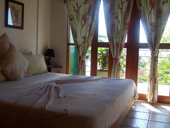 Hy Paradise Inn: The bed