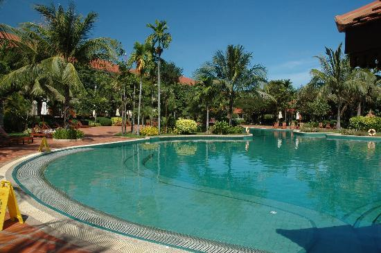 Sofitel Angkor Phokeethra Golf and Spa Resort: Another view of the pool