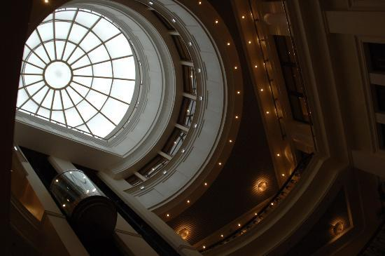 Premier Palace Hotel: Hotel Lobby looking up
