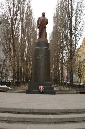 Premier Palace Hotel: Lenin Statue near hotel