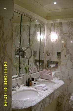 The Dorchester: Bathroom - Deluxe King Room