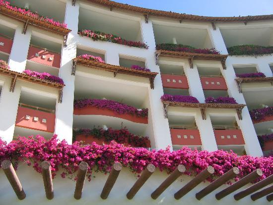 Grand Velas Riviera Nayarit: Looking up at rooms