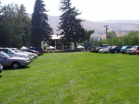 Warm Springs Inn & Winery: Ample parking area