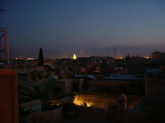 Riad l'Orangeraie: View from the roof terrace at night